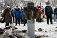 Местные жители на месте артиллерийского обстрела в Краматорске, 10 февраля