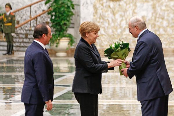 Александр Лукашенко (справа) приветствует Ангелу Меркель и Франсуа Олланда во Дворце Независимости