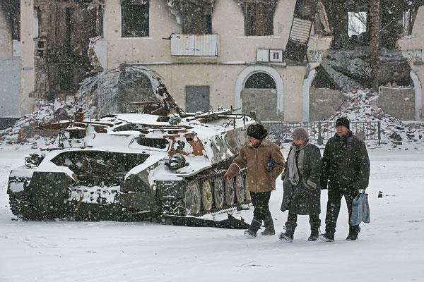 Разрушенный БТР украинской армии в Углегорске