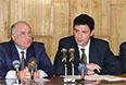1997 год. Официальное представление первого вице-премьера правительства Бориса Немцова (справа) в качестве министра топлива и энергетики. Его провел председатель правительства Виктор Черномырдин.