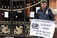 2012 год. Борис Немцов во время митинга против фальсификации выборов мэра Астрахани, у здания представительства администрации Астраханской области.