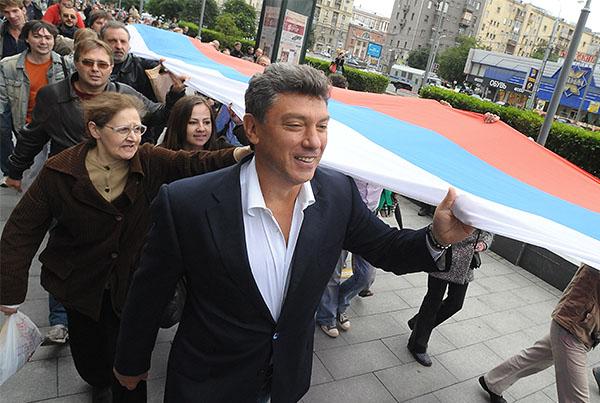 """2009 год. Политик Борис Немцов (на первом плане) на митинге движения """"Солидарность"""", посвященном событиям августа 1991 года и приуроченном ко Дню российского флага."""
