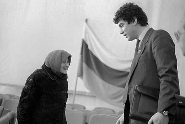 1992 год. Губернатор Нижегородской области Борис Немцов во время встречи с избирателями в Арзамасе.