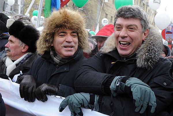 """2012 год. Лидер Объединенного гражданского фронта Гарри Каспаров и сопредседатель движения """"Солидарность"""" Борис Немцов (слева направо) во время шествия оппозиции """"За честные выборы"""" на Большой Якиманке."""