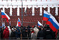 СКР обнародовал обращение следственной группы к лицам, ставшим очевидцами убийства Бориса Немцова. Следователи призвали граждан, ставших очевидцами преступления либо обладающих информацией об обстоятельствах его совершения, связаться по телефону доверия 8 (800) 100-12-60 или с оперативным штабом по номеру 8 (495) 694-92-29, отметили в ведомстве.