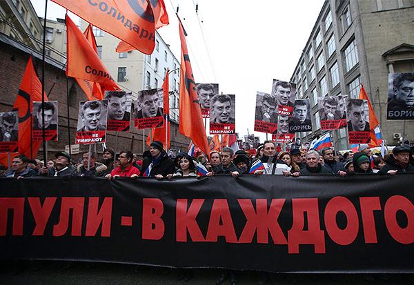 Порядка семи тысяч человек собралось на траурное шествие в память о Борисе Немцове, сообщили пресс-служба ГУ МВД России по Москве перед началом акции.