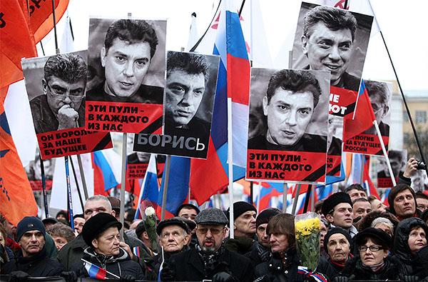 Количество участников траурного шествия в память Бориса Немцова в центре Москвы увеличилось до 16,5 тысяч человек, сообщает пресс-служба ГУ МВД России по Москве.
