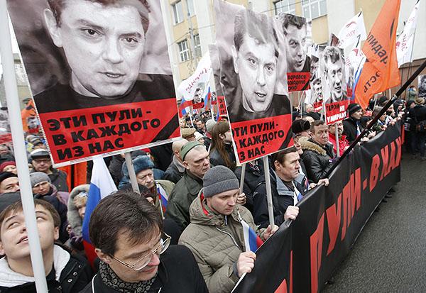 """Оппозиция планировала провести 1 марта марш """"Весна"""" на юго-востоке столицы, однако после трагических известий планы изменились. Заявители акции решили отменить шествие в районе Марьино и вместо него провести траурный марш в центре Москвы."""