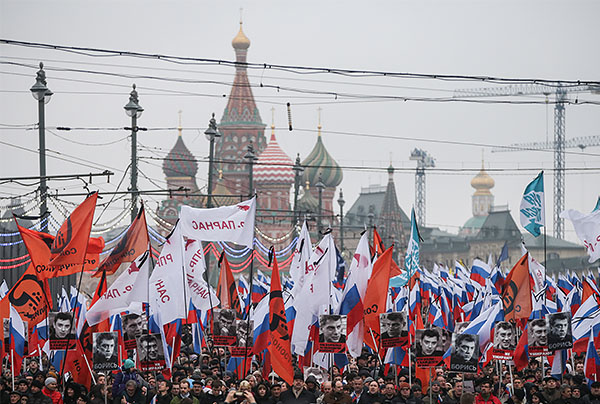 Примерно в 17:15 по Москве головная часть колонны достигла Малого Москворецкого моста, после чего участники шествия начали расходиться в сторону ближайших станций метро. Организаторы мероприятия собирают флаги.