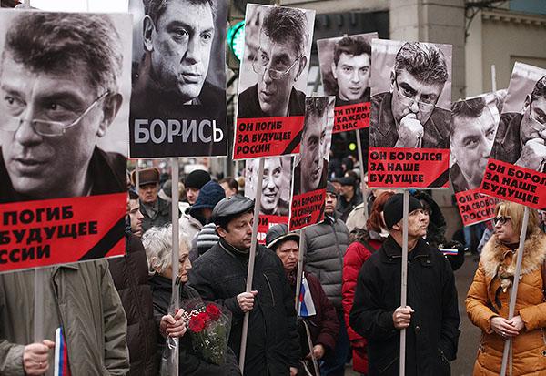 Борис Немцов был застрелен в ночь на субботу в центре Москвы на Большом Москворецком мосту. Неизвестные выстрелили в оппозиционера не менее семи-восьми раз.