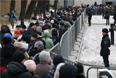 Жители Москвы у Сахаровского центра перед церемонией прощания с Борисом Немцовым