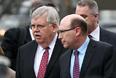 Посол США в России Джон Теффт (слева) перед церемонией прощания
