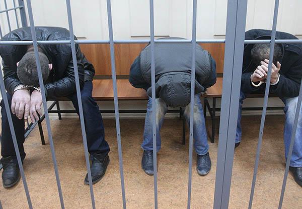 Тамерлан Эскерханов, Анзор Губашев и Рамзат Бахаев (слева направо), подозреваемые в убийстве Бориса Немцова, в Басманном суде