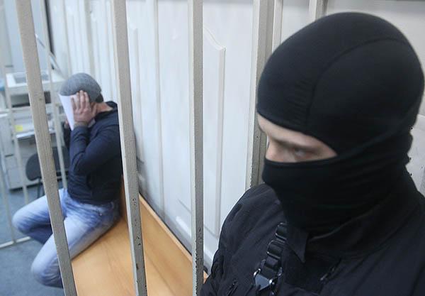 """Правоохранительные органы считают, что убийство  Немцова было заказным. Согласно материалам, озвученным в воскресенье в суде, обвиняемым по делу инкриминируется ч. 2 ст. 105 УК РФ п. """"ж"""", """"з"""". Это означает: следствие считает, что убийство было совершено группой лиц, преступление было совершено по найму из корыстных побуждений, а также сопряжено с вымогательством и бандитизмом."""