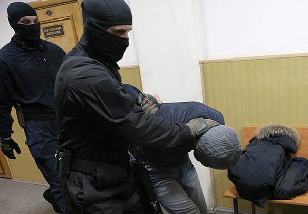 Суд по итогам рассмотрения в воскресенье удовлетворил ходатайство следствия об аресте подозреваемых на разные сроки - до 28 апреля, 7 и 8 мая