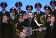 """Солист группы """"Любэ"""" Николай Расторгуев (в центре) на митинге-концерте"""