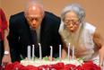 Первый премьер-министр Сингапура Ли Куан Ю с женой задувают свечи в честь 80-летия политика, август 2003 год