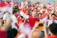 Люди приветствуют бывшего премьер-министра Ли Куан Ю во время празднования Национального дня Сингапура, август 2012 год