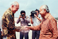 Президент Индонезии Сухарто (справа) пожимает руку премьер-министру Сингапура Ли Куан Ю в аэропорту Джакарты, август 1990 год