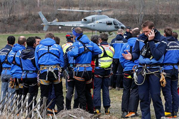 Сотрудники полиции и горные поисково-спасательные подразделения жандармерии Франции во время подготовки к поисковой операции