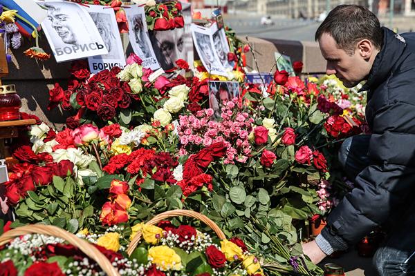 Житель города во время возложения цветов на Большом Москворецком мосту, где был убит политик Борис Немцов