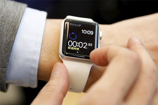 Покупатель демонстрирует новинку компании Apple, Токио