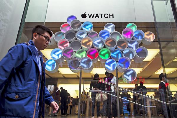 """Перед входом в фирменный """"яблочный"""" магазин в Гонконге, Китай"""