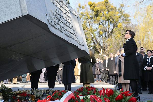 Премьер-министр Польши Ева Копач у памятника жертвам катастрофы на Повонзковском военном кладбище в Варшаве
