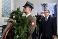 Президент Польши Бронислав Комаровский возлагает венок к мемориальной доске с именами погибших под Смоленском