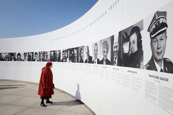 """Выставка """"Смоленские портреты"""" на площади Пилсудского в Варшаве в память о жертвах трагедии"""