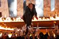 Американский актер Дуэйн Джонсон приветствует зрителей церемонии вручения MTV Movie Awards