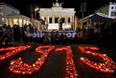 Свечи в память жертв геноцида у Бранденбургских ворот в Берлине