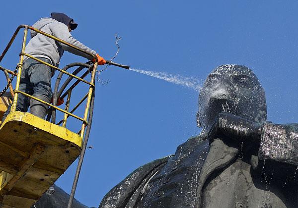 Мойка памятника Ленину в Екатеринбурге