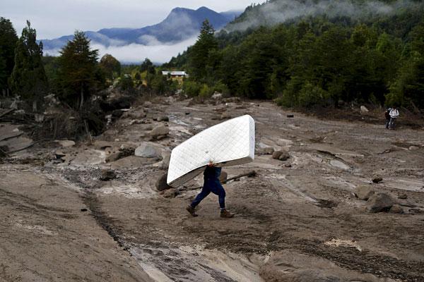 Житель чилийской деревни, пострадавшей от извержения вулкана Кальбуко