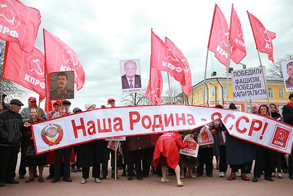 Участники первомайского шествия в центре города Иваново