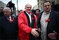 Лидер партии КПРФ Геннадий Зюганов (в центре) во время первомайской демонстрации левых сил на Калужской площади