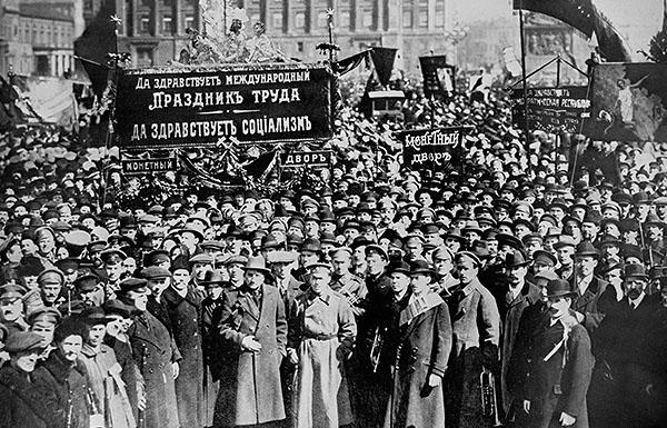 Петроград. 1 мая 1917 года. На снимке - рабочие и служащие Монетного двора на демонстрации.