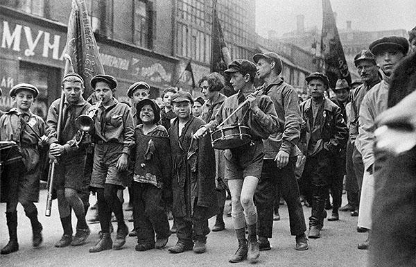 Беспризорники в колонне пионеров на первомайской демонстрации. 1927 год.