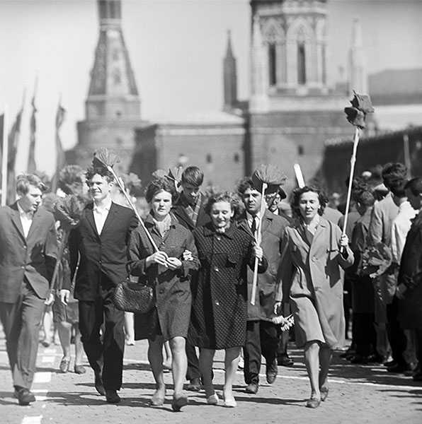 Москвичи на первомайской демонстрации. 1968 год