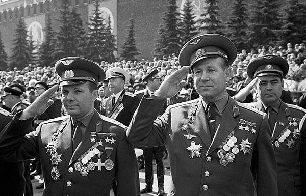 Летчики-космонавты СССР Юрий Гагарин, Алексей Леонов и Андриян Николаев (слева направо) на Красной площади. 1967 год.