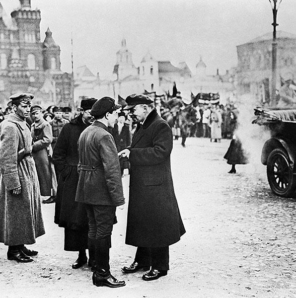 Ленин (в центре) беседует на Красной площади с секретарем МК РКП(б) Загорским во время первомайской демонстрации. 1919 год.
