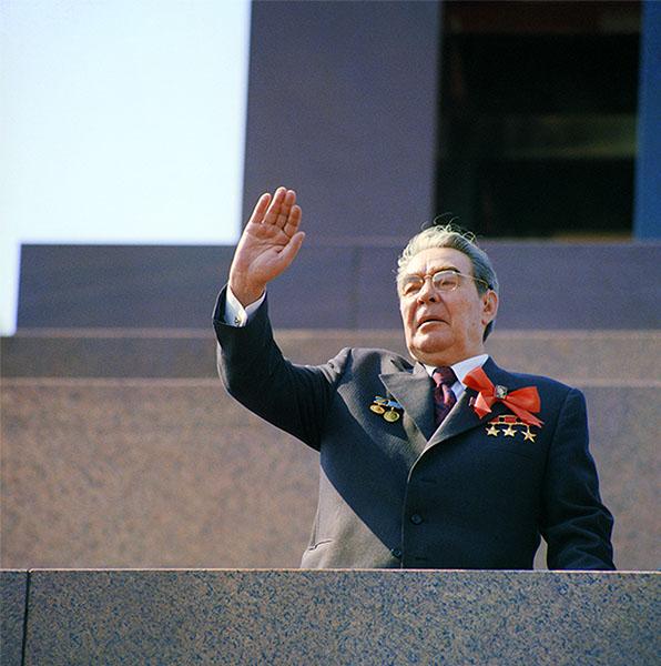 Генеральный секретарь ЦК КПСС Леонид Брежнев на трибуне мавзолея Ленина во время первомайской демонстрации. 1977 год.
