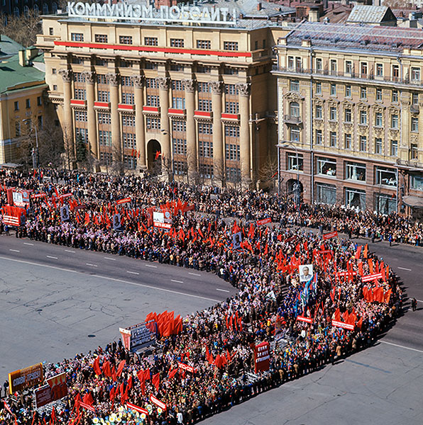 Колонна демонстрантов на проспекте Маркса. Москва, 1978 год.