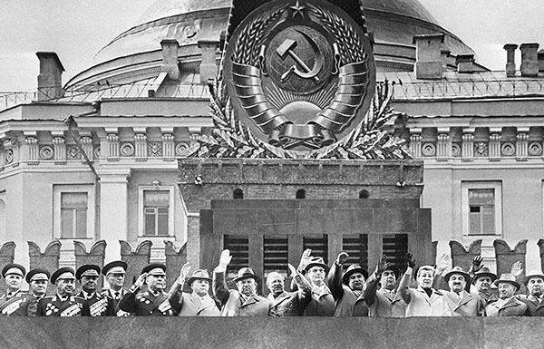 Руководители государства на трибуне мавзолея Владимира Ленина во время праздничной первомайской демонстрации. 1960 год.