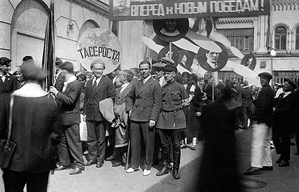 Колонна сотрудников ТАСС на первомайской демонстрации. 1934 год.