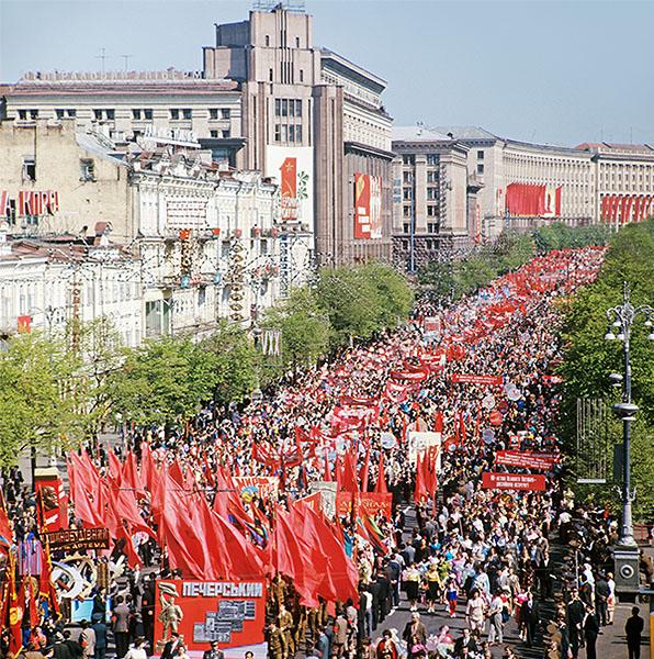 Праздничная первомайская демонстрация на Крещатике. 1977 год.