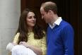 Герцогиня Кембриджская Кэтрин, принц Уильям и новорожденная принцесса покинули больницу святой Марии в Лондоне в субботу.