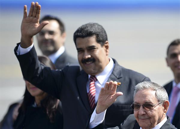 Президент Боливарианской Республики Венесуэла Николас Мадуро (в центре) и председатель Государственного Совета Кубы Рауль Кастро (справа)