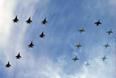"""Экипажи МиГ-29 и Су-25 выстраивают в небе число """"70"""" в честь 70-летия Победы в Великой Отечественной войне"""