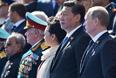 Президент России Владимир Путин и председатель Китайской Народной Республики Си Цзиньпин с супругой Пэн Лиюань (справа налево) во время военного парада